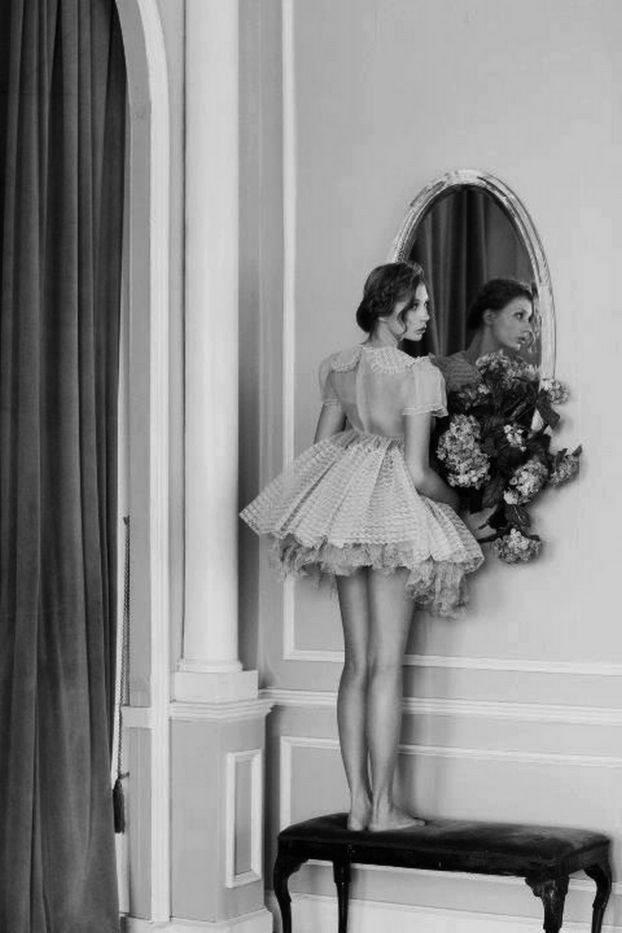 Cuando te mires al espejo hazlo de frente y con la cabeza alta mirándote a los ojos sonríete y a sí esa sonrisa te vendrá de vuelta…