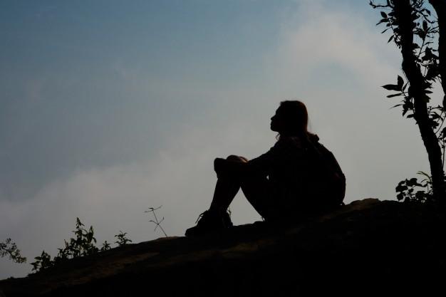 enya mujer sentada en la cima de la montana1150 2084