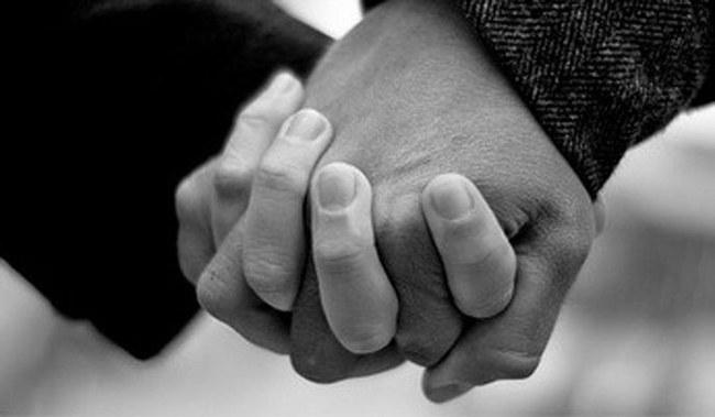pareja cogiendose la mano 221473 w650